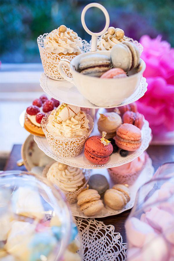 Eine schlichte weiße Etagere wird auf der Candy Bar zum absoluten Hingucker #Etagere #weiss #candy #bar #hochzeit #Vintage #wedding #diy #macarons #muffins #cake #Cupcake #Cupcakes #braut #bride #Vintage #deko #ausleihen #mieten #Porzellan