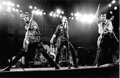 The Clash Live foto. Hun eerste optreden was in 76 als voorprogramma van The Sex Pistols in London