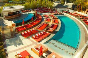 Moorea Beach Club piscina en Mandalay Bay. En la piscina Moorea puedes disfrutar de cabañas privadas con todo el estilo que se ha convertido en algo común en otros clubes de la piscine. http://lasvegasnespanol.com/en-las-vegas/moorea-beach-club-piscina-en-mandalay-bay/