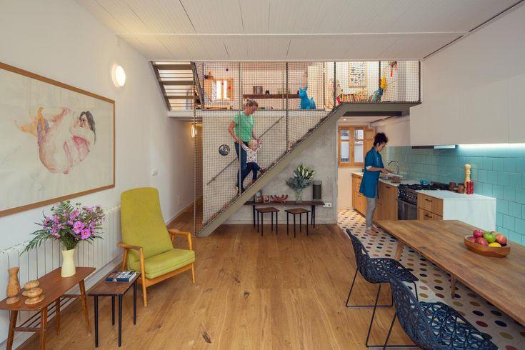 Soppalchi comunicanti, tante scale e una terrazza al sole. A Barcellona la ristruttrurazione di una casa a misura di famiglia curata da Nook Architects