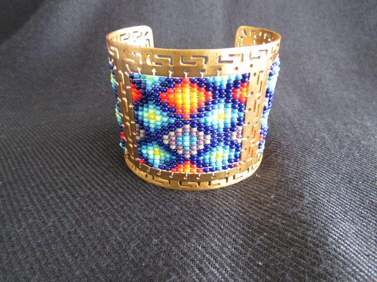 Brazalete de la colección Precolombina hecho en Bronce con enchape de oro de 24 quilates y tejido con chaquiras.