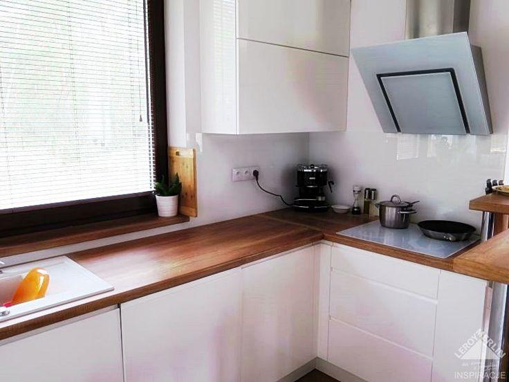 biała kuchnia w połączeniu z drewnem