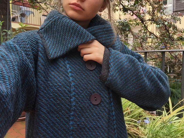 Chaqueta de tricot con 2 botones de cuello amplio. Disponible en azul, rojo y gris. Ideal para el frío! #InstintoBcn #FetABarcelona