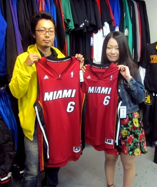 【新宿2号店】 2013年4月14日 川崎様と川端様の仲良しカップルです!レブロンの大ファンでお揃いのジャージをご購入頂けました!また、お二人で遊びに来てくださいね☆ #nba