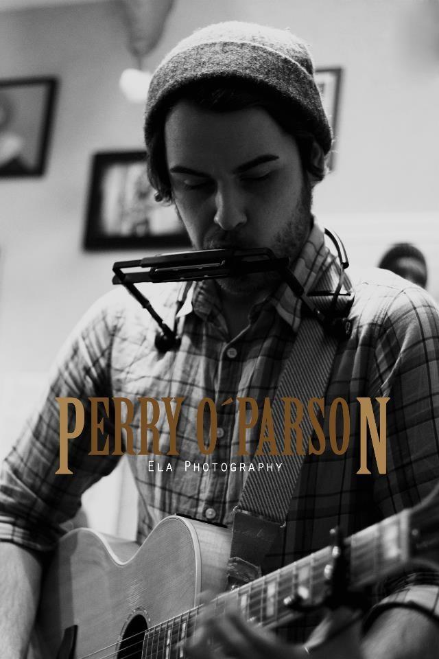 Es ist als Kompliment zu verstehen, wenn man Perry O'Parson zuspricht, ganz und gar nicht nach einem deutschen Musiker zu klingen. Der Mittzwanziger aus der Nähe von Karlsruhe hat sich einem ganzheitlichen, reflektierten und eingängigen Sound irgendwo zwischen Americana, Indie-Rock und Singer/Songwriter verschrieben. Er trägt in seinen Stücken das Herz auf der Zunge, die Songs fallen vom Tenor her melancholisch und suchend aus.