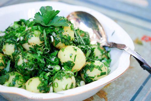 Grøn kartoffelsalat med krydderurter, hvidløg, citron og olivenolie