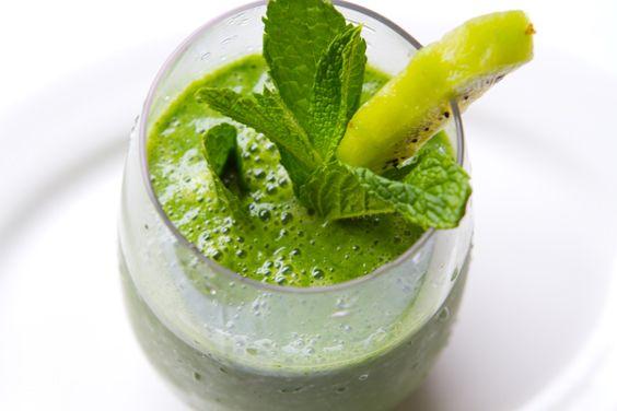Go Green! Groen is onze lievelingskleur en alleen daarom is deze smoothie al geweldig.  Hij reinigt, brengt je in balans en het zit vol vezels. Wat wil je nog meer?  Wil jij ook helemaal in balans zijn? Lees dan snel verder voor het recept!