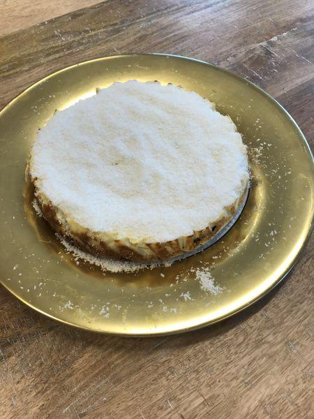 Een cheesecake is gewoon een lekkere heavy bom om van te genieten, niet bij nadenken, maar gewoon eten. Door limoen toe te voegen doet de taart iets minder heftig aan, want het zuurtje is een mooie…