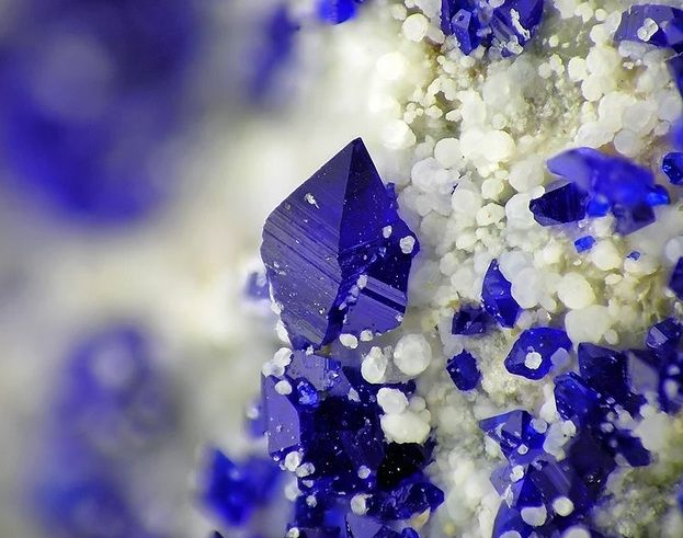 Beyaz Hidromagnezit üzerinde mavi Callaghanit