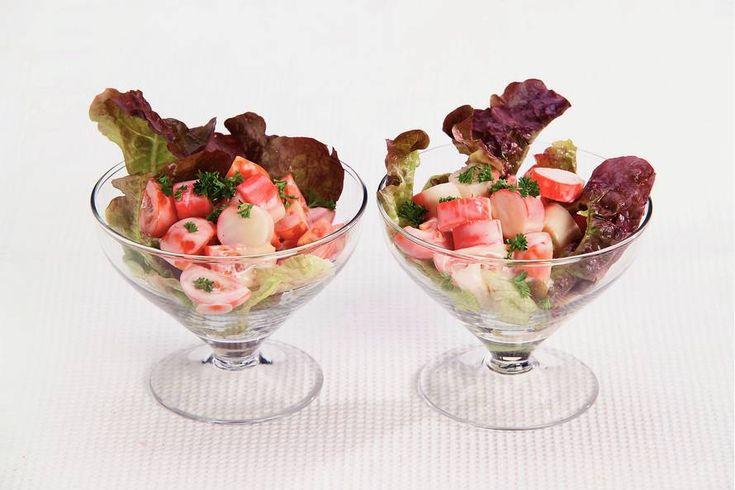 Kijk wat een lekker recept ik heb gevonden op Allerhande! Cocktailsalade met surimi en cherrytomaten