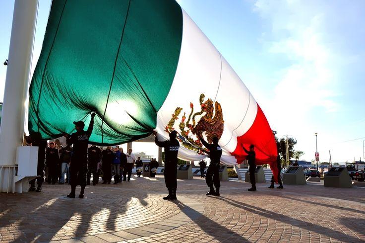 La bandera de Mexico. Mexicans love big flags - pride.