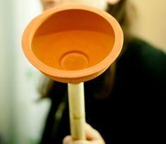Quand les toilettes se bouchent, c'est la catastrophe, car bien souvent, ça déborde et c'est très, très loin de sentir la rose dans la maison.  Découvrez l'astuce ici : http://www.comment-economiser.fr/deboucher-toilettes.html?utm_content=buffer6492a&utm_medium=social&utm_source=pinterest.com&utm_campaign=buffer