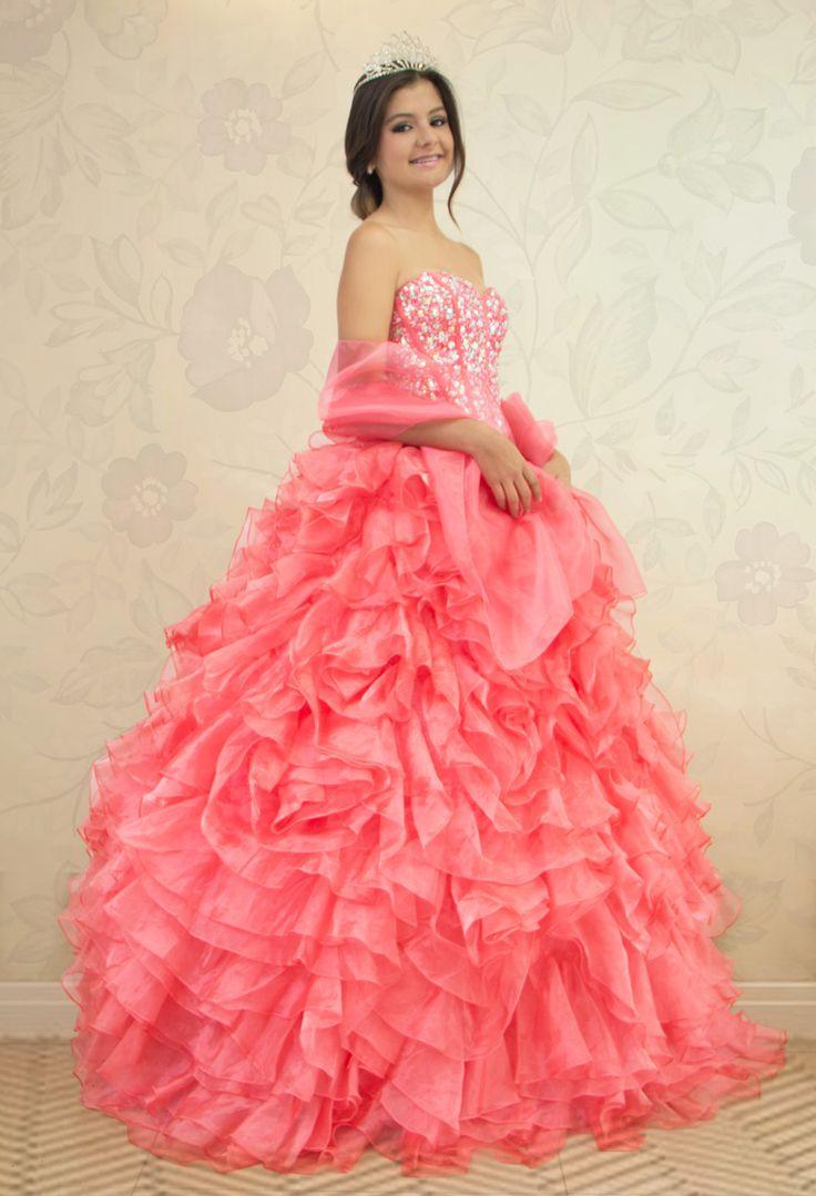 REF.2-31 Vestido de quinces de color salmón en boleros, con lentejuelas, pedrería y canutillo en la  parte superior,  con amarre  tipo corset en la parte de atrás del vestido.