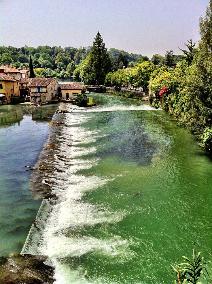 Borghetto – A small village in the comune of Valeggio sul Mincio. It has a beautiful 650 m long bridge (Ponte Visconteo) Verona Veneto