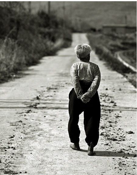 어머니의 뒷모습 - 장지산(2013)  일년에 한두 번 명절날, 바쁜데 선심 쓰듯 고향 집에 다녀 오곤 했었다.     돌아 오는 날, 어머님은 바리바리 챙겨 싸 주시고     내가 멀리 사라질 때까지 내 뒷모습을 바라보곤 하셨다.     그렇게 한참을......    오늘은 내가 그렇게 바라본다.     이제는 계시지 않지만,     시골길에서 만난 뒷모습에서 어머님을 만난다.  나를 키워주신 한 없이 대단해 보였던 어머니의 작아진 뒷모습을 보고 있으면 그녀가 살아온 인생이 생각나 눈시울이 붉어 지게 만든다.