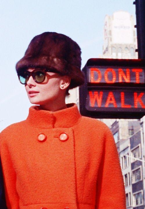 Las gafas de sol más trendy. Todo sobre gafas de sol: cómo llevarlas, cómo maquillarte, tendencias.: Las gafas de sol de Audrey Hepburn: elegancia eterna