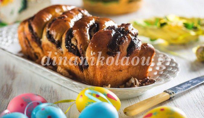 Τσουρέκι γεμιστό με σοκολάτα και καρύδια