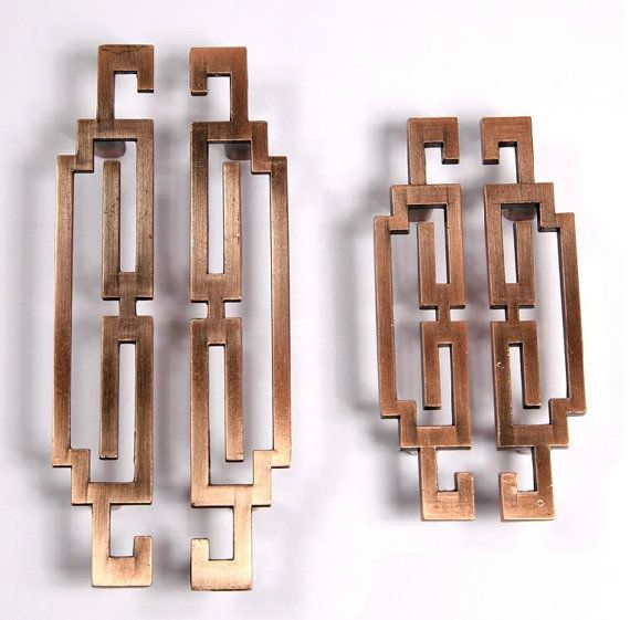 Paar Chinese stijl antiek symmetrie trekt knoppen/lade grepen/omgaat met antiek messing keukenkast Pull/deur handvat/dressoir lade De prijs voor één paar Materiaal: zink legering Kleur: Brons / koper Maten: Kleinere handgrepen: Lengte: 4.13 inch (105 mm) Breedte: 0,9 inch (23 mm) Hole ruimte: 2,50 inch (64 mm) Uitsteeksel na installatie: 0.71 inch (18mm) Grotere grepen: Lengte: 5,60 inch (142 mm) Breedte: 1.02 inch (26 mm) Hole ruimte: 3,75 inch (96 mm) Uitsteek...