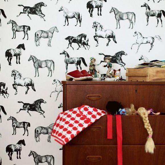 Papier peint Colette avec ses chevaux noirs et blancs de Sandberg.