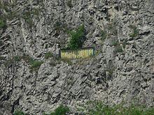 Joachim Barrande – Wikipedie Již necelý rok po jeho smrti (1884) byly po něm pojmenovány Barrandovské skály v Praze poblíž Zlíchova a na nich byla odhalena masivní 4,8 metru dlouhá a 1,5 metru vysoká železná pamětní deska s jeho jménem. Od roku 1928 nese jméno Barrandov celá jedna pražská čtvrť. Oblast zahrnující místa, odkud získával zkameněliny, byla geology pojmenována Barrandien. Ve Skryjích je dnes zpřístupněné muzeum Joachima Barranda a k vidění je zde i jeho bronzový pomník.
