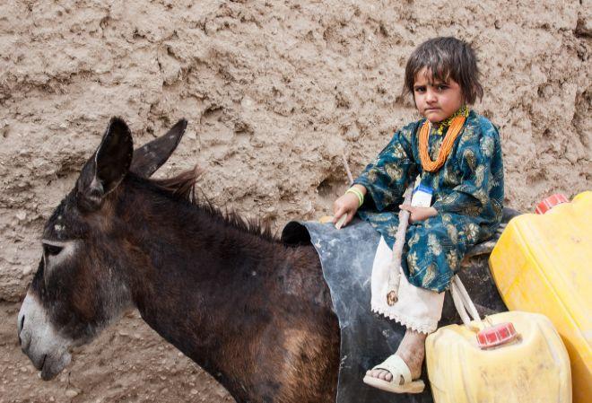 Las niñas de Afganistán que se visten como niños para poder estudiar   VER MAS