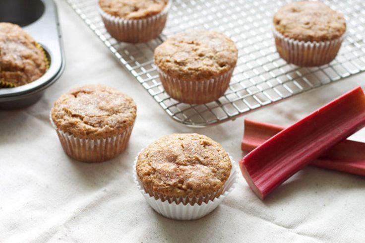 Vous avez une belle talle de rhubarbe, mais vous ne savez pas trop quoi faire avec? C'est l'heure d'essayer les muffins à la rhubarbe et pacane!