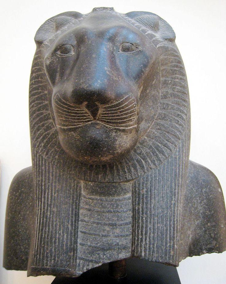 """Sekhmet, """"la puissante"""", déesse égyptienne à tête de lionne. Divinité guerrière personnifiant la puissance destructrice du soleil, elle est l'instrument de la vengeance de Rê - Fragment d'une statue datant du Nouvel Empire - Louxor, Égypte."""