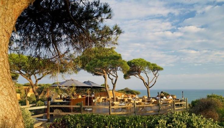 """Zwischen den Städten Albufeira und Vilamoura gelegen, befindet sich das """"Sheraton Algarve"""" direkt auf einer Klippe mit Blick auf das Meer und die Strände."""