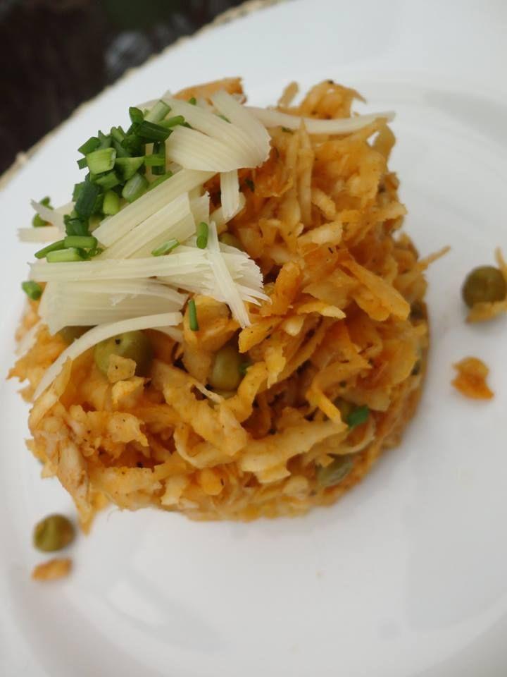 Zvířátkový den - Celerové rizoto - obrané zbytky kuřete z předchozího dne orestujeme s cibulkou a s na hrubo nastrouhaným syrovým celerem, ochutíme solí, pepřem, uzenou paprikou. Přidáme sterilovaný hrášek a společně prohřejeme
