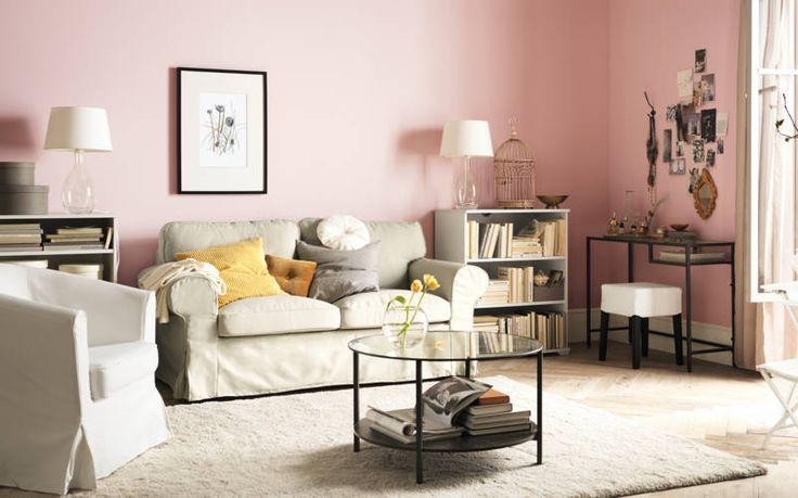 Met een bed in de hoogte blijft er ruimte op de vloer over voor bijvoorbeeld deze bank en fauteuil. Ideaal voor de dameskamer. IKEA Catalogus 2015