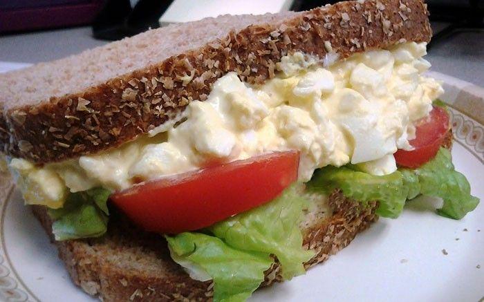 Překvapte svou polovičku nebo své ratolesti vynikajícím vajíčkovým sendvičem. Snídaně jak pro krále/královnu.