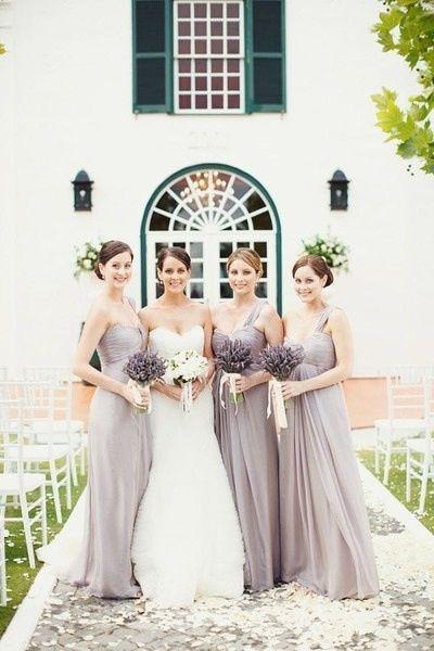 C'est jolie gris perle pour les bridemaids dresses, avec accents de jaunes par les fleurs peut etre