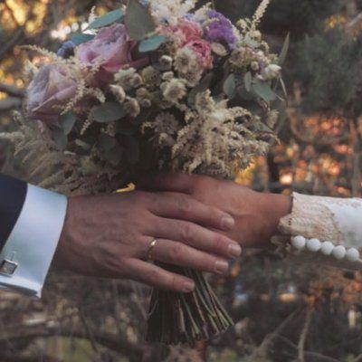 Carol y Roberto se conocían desde pequeños, y su historia de amor acabó en una boda espontánea y al aire libre. ¿Quieres verla?