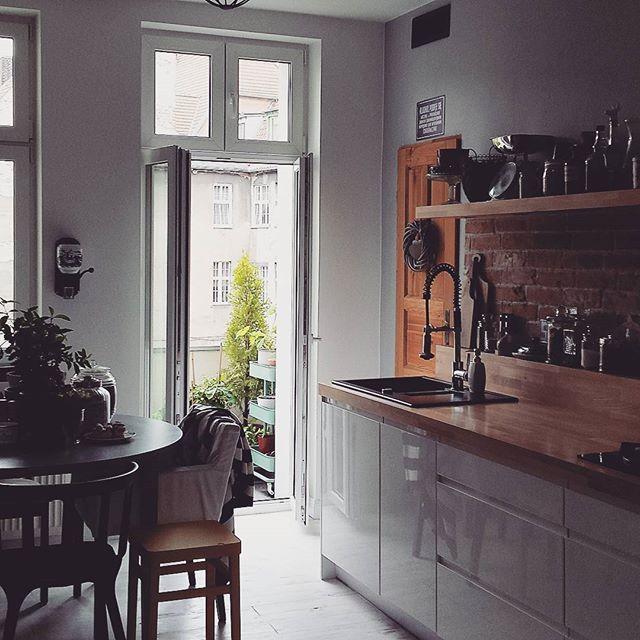 Poranki zawsze takie ciche i spokojne ❤❤ Jaskółki krążą nad podwórkiem. Za kilka godzin przestrzeń wypełni muzyka z baletu. I słońce się dziś nagle skończyło... #home #myhome #mójdom #kuchnia #kitchen #kamienica #tenement #interior #homestyle #homelove #myplace #homesweethome #instahome