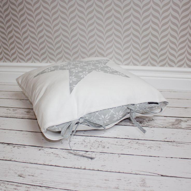 Poduszka dekoracyjna 40 x 40 cm, zamykana na zakładkę i wiązanie. Od Urocze Dodatki.