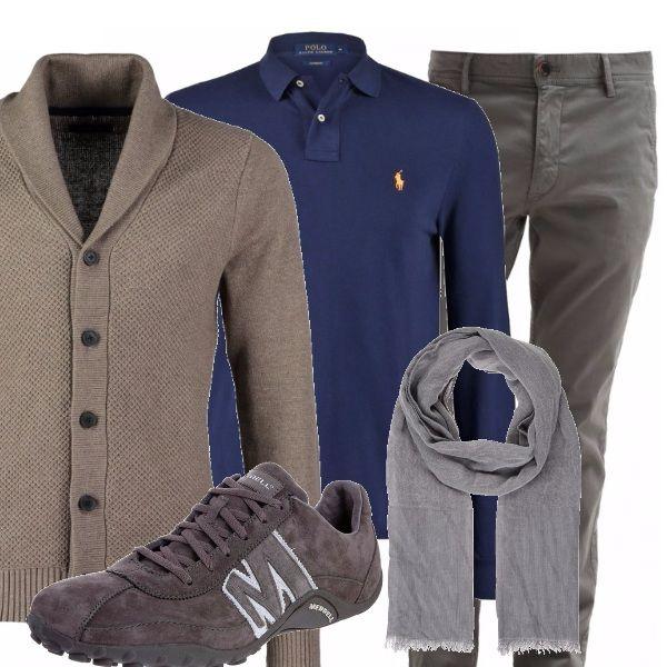 L'eleganza classica si unisce alla comodità: i pantaloni grigi si abbinano al cardigan che è quasi una giacca, da indossare sopra la polo sportiva a manica lunga, sneakers grigie di camoscio e foulard al collo.