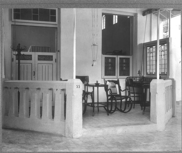COLLECTIE TROPENMUSEUM Veranda van een gastenpaviljoen Hotel des Indes Batavia…