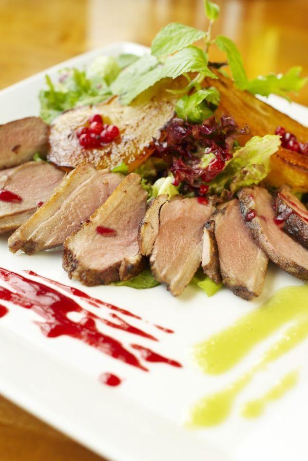 Jeleň s hruškami a brusnicami - Recept pre každého kuchára, množstvo receptov pre pečenie a varenie. Recepty pre chutný život. Slovenské jedlá a medzinárodná kuchyňa