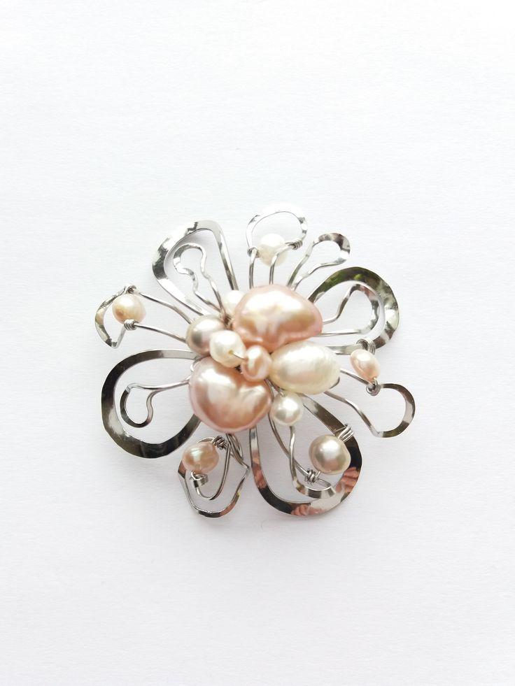 """Brož+B75P+""""V+němém+úžasu""""+mix+přírodních+perel+Autorský+šperk.Originál,+který+existuje+pouze+vjednom+jediném+exempláři+z+romantické+kolekce+variací+na+květy.Vyniká+kouzelným+prostorovým+tvarem,+množstvím+propracovaných+detailů,+jemně+laděnou+barevností+a+elegantním+nadčasovým+výrazem.+Brož+je+vyrobena+ručně.Tepaná,+ohýbaná,+tvarovaná+z..."""