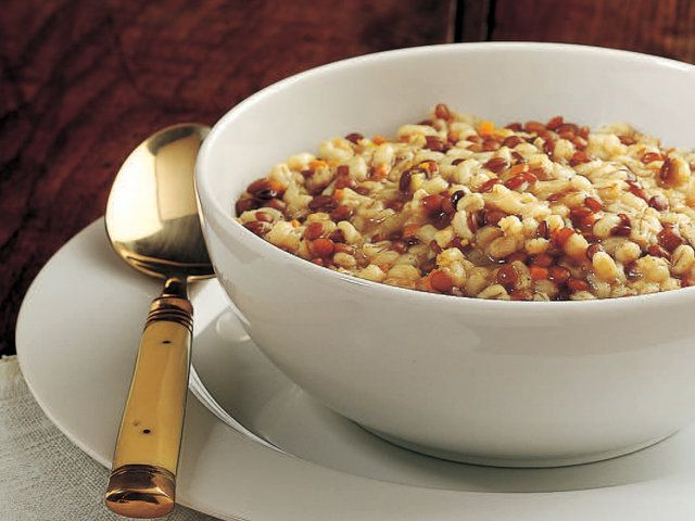 Arpalı ve Mercimekli Çorba Küp kesilmiş sebzeleri 2 çorba kaşığı zeytinyağıyla 2-3 dakika soteleyin. Arpa ve mercimeği ilave edin. Yarım su bardağı şarabı da ekleyip buharlaştırın. Sebze suyu ve tuz ilave edip 30 dakika pişirin. Zeytinyağı ve karabiber ekleyin.