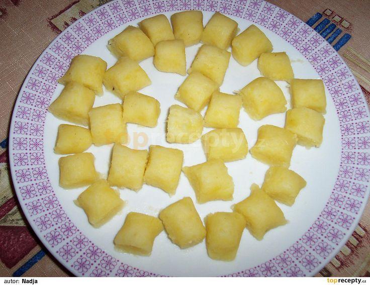 Do větší mísy nastrouháme na struhadle s velkými slzičkami brambory. Při strouhání je prosypáváme moukou smíchanou se solí. Potom mísou trochu...