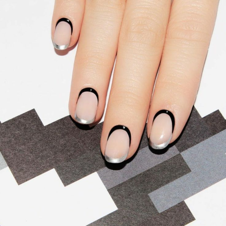 french-manicure-originale-tendenza-bordo-superiore-nero-riga-sotto-argento