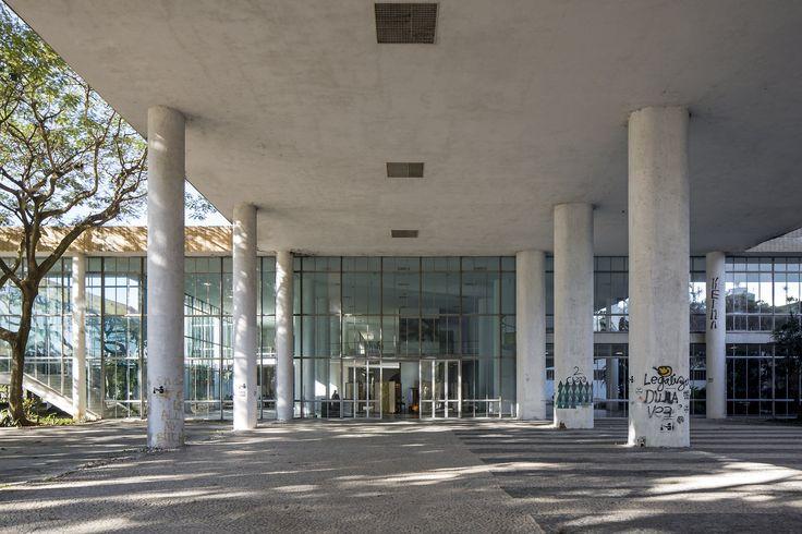 """Uma das principais escolas de arquitetura e urbanismo do Brasil, a FAU, da UFRJ, decidiu não abrir turmas em 2017, em razão do sucateamento das universidades federais; """"Solicitamos mais uma vez todo o empenho da comunidade FAU na diligência e no esforço de finalizarmos o período de 2016 e trabalharmos, em conjunto, para a construção de uma luta de resgate da qualidade de nosso curso e de nossos espaços de aula no próximo período, UNIDOS numa decisão difícil, mas necessária"""", diz a ..."""