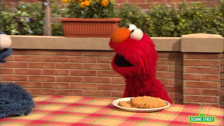 En este video, Elmo y Cookie Monster aprenden a compartir. Para más información vea: http://www.sesamestreet.org/challenges/spanish Para educadores: Vea junt...