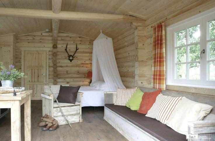 Glamping in luxe lodges, midden in de bossen van Holten.