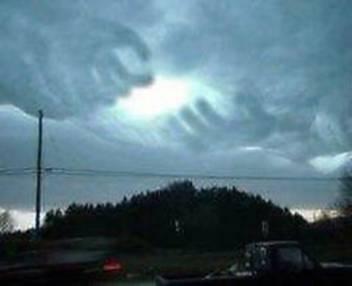 今話題、幸運画像ゲット!マレに現れるこの現象。これは神様の手と言われていて広めると渡す方も貰う方も幸せになれると話題。Twitter上ではRTして下さい。信じるか信じないかはあなたしだいです。 2012.8-15am7:23スタート!