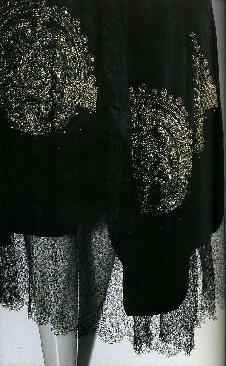 Вечернее платье. Жанна Ланвен, 1920-1924. Черная шелковая тафта, кружево и шифон, вышивка серебряным бисером, «рейнскими драгоценностями», блестками, юбка из восьми клиньев, ацтекский геометрический узор.