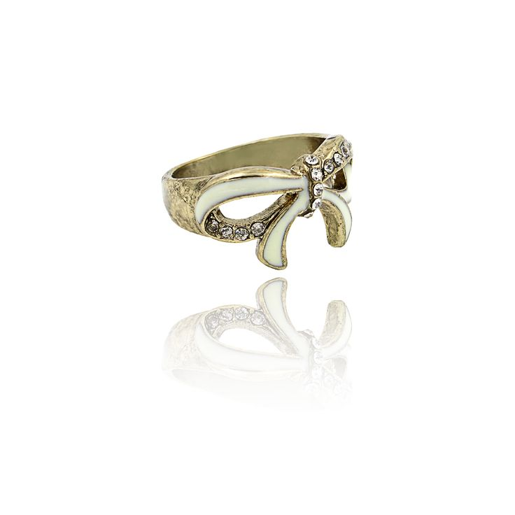 Kammi. Vintage style ring with midi rhinestones.