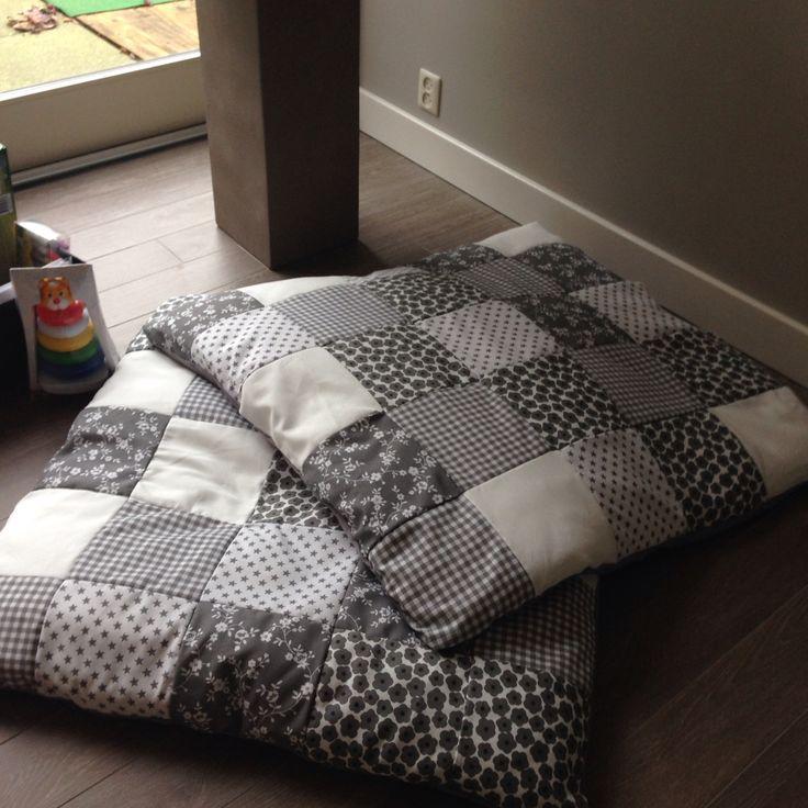 Zelfgemaakte speelkleedjes voor de baby's! Leuk leuk! Van deken, stofjes en naaien maar:)