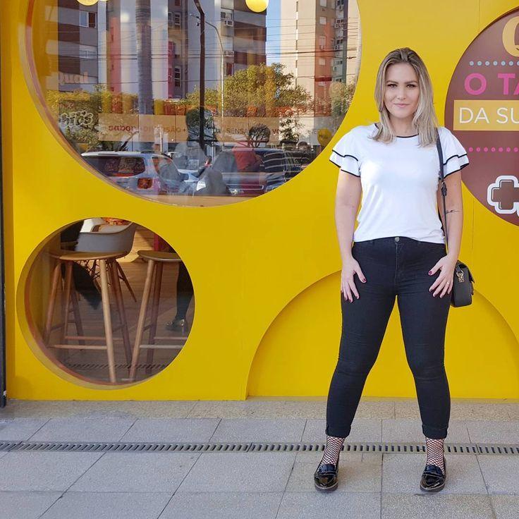 Look do Dia para ir no evento gastronômico Pig Pork Poa. Camiseta PB com babados na manga + Jeans Preto + Meia Arrastão Soquete + Mocassim de Verniz. A camiseta básica com volume nas mangas dá uma equilibrada na silhueta e contrasta com o sapato e meia mais ousados! Para ver de onde são as peças clica na tela! #dicagsf #guriasemfiltro #pigporkpoa #pb #camiseta #babados #arrastão #mocassim #jeans #jeanspreto #pretoebranco #lookdodia #dujour #ootd #portoalegre #fashionblogger #lookdespojado